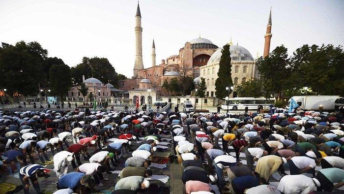 "Umat Muslim berdoa di luar Hagia Sophia era Byzantium, salah satu tempat wisata utama Istanbul di distrik bersejarah Sultanahmet Istanbul, mengikuti keputusan Dewan Negara Turki, Jumat, 10 Juli 2020. (Foto AP / Emrah Gurel) Baca selengkapnya di artikel ""Erdogan Resmi Jadikan Hagia Sophia sebagai Masjid"","